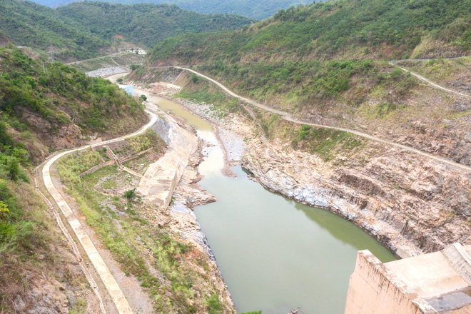 Lòng hồ lớn nhất Bắc Trung Bộ cạn trơ đáy, dân phải lội bùn cả cây số để đi - Ảnh 2.