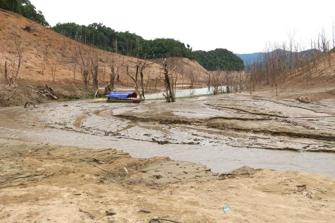 Lòng hồ lớn nhất Bắc Trung Bộ cạn trơ đáy, dân phải lội bùn cả cây số để đi - Ảnh 7.