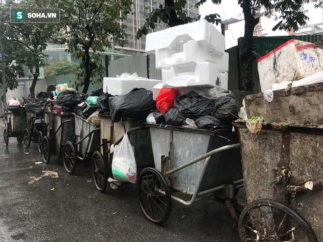 Dân tiếp tục chặn xe vào bãi rác Nam Sơn sau đối thoại, rác trong nội đô tràn xuống đường - Ảnh 8.