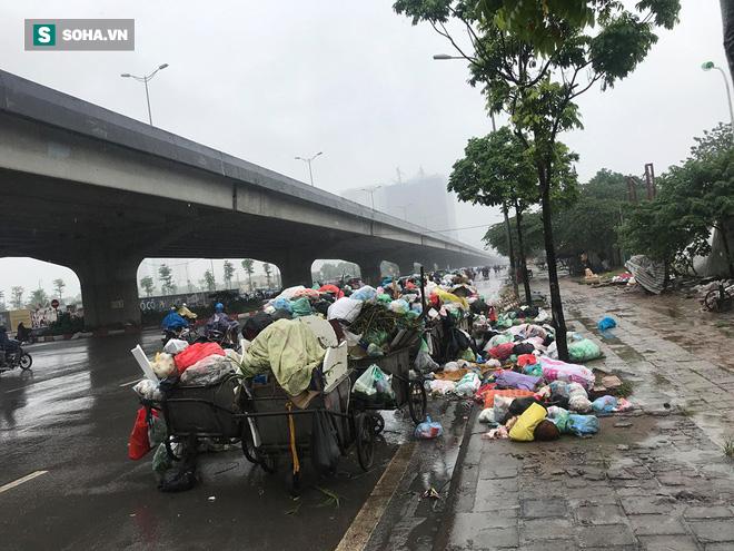 Dân tiếp tục chặn xe vào bãi rác Nam Sơn sau đối thoại, rác trong nội đô tràn xuống đường - Ảnh 5.