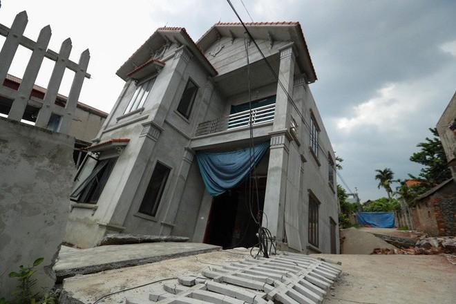 Cận cảnh ngôi nhà 2 tầng khang trang bất ngờ bị hố tử thần nuốt - Ảnh 1.