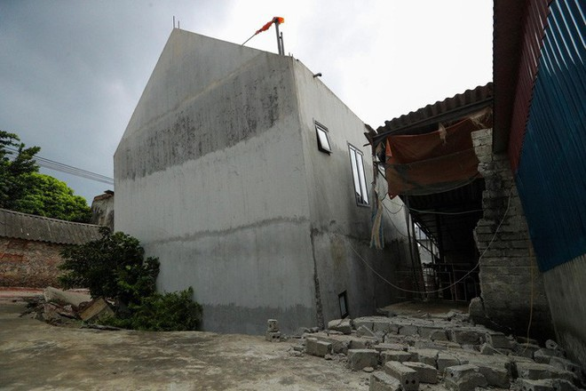 Cận cảnh ngôi nhà 2 tầng khang trang bất ngờ bị hố tử thần nuốt - Ảnh 3.