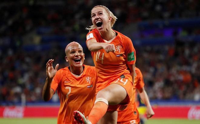 """Clip: Hà Lan vào chung kết World Cup nữ nhờ bàn thắng """"vàng"""""""