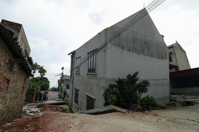 Cận cảnh ngôi nhà 2 tầng khang trang bất ngờ bị hố tử thần nuốt - Ảnh 4.