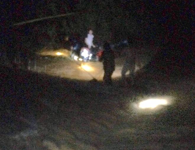 Cố đi qua cầu ngập nước lũ, người đàn ông bị cuốn trôi mắc vào bụi tre - Ảnh 1.