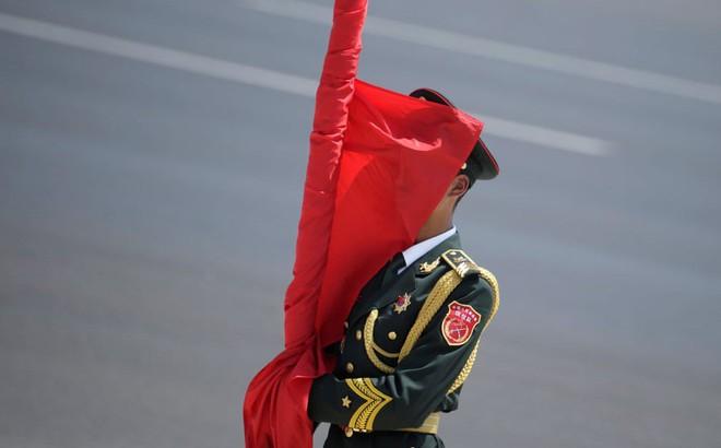 24h qua ảnh: Lá cờ che kín mặt tiêu binh Trung Quốc