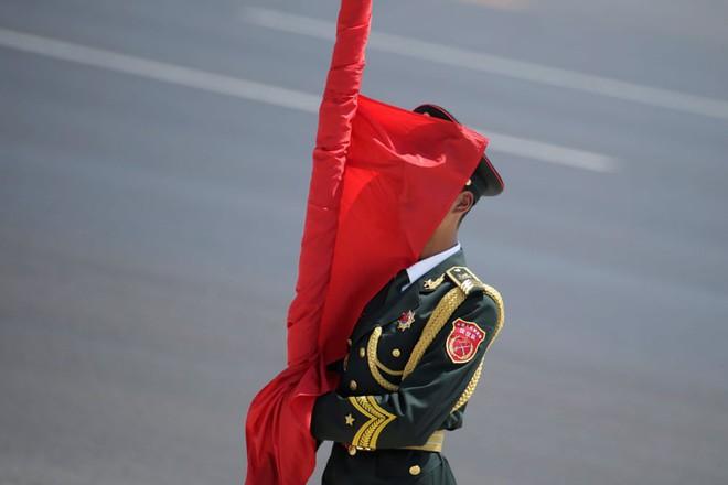 24h qua ảnh: Lá cờ che kín mặt tiêu binh Trung Quốc - Ảnh 2.