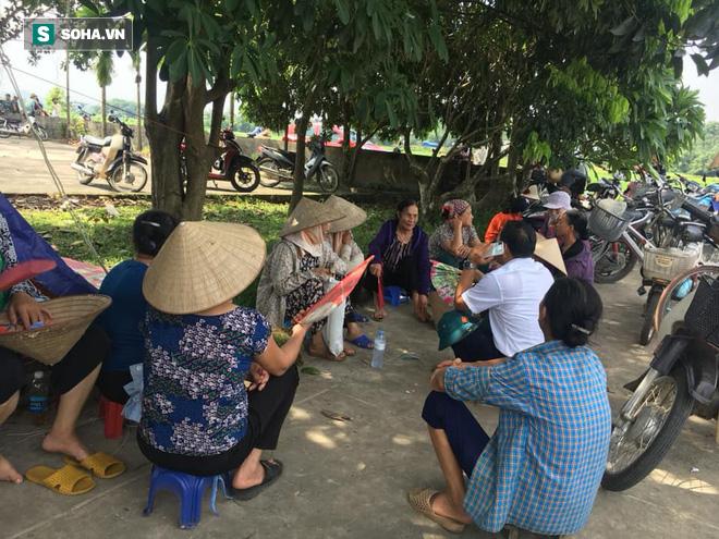 Dân tiếp tục chặn xe vào bãi rác Nam Sơn, nhiều nơi ở Hà Nội không thu gom rác nữa - Ảnh 2.