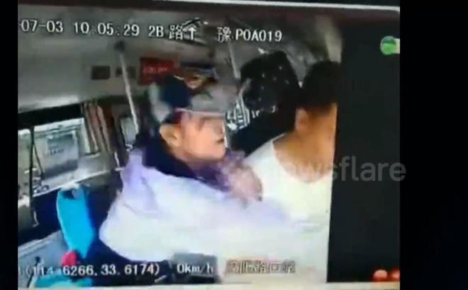 Nữ hành khách hung hăng lao vào đánh, cướp vô lăng của tài xế xe buýt