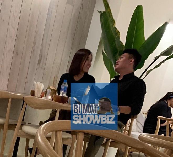 Lộ ảnh Hoa hậu Đỗ Mỹ Linh được bạn trai hôn trong quán cà phê - Ảnh 2.