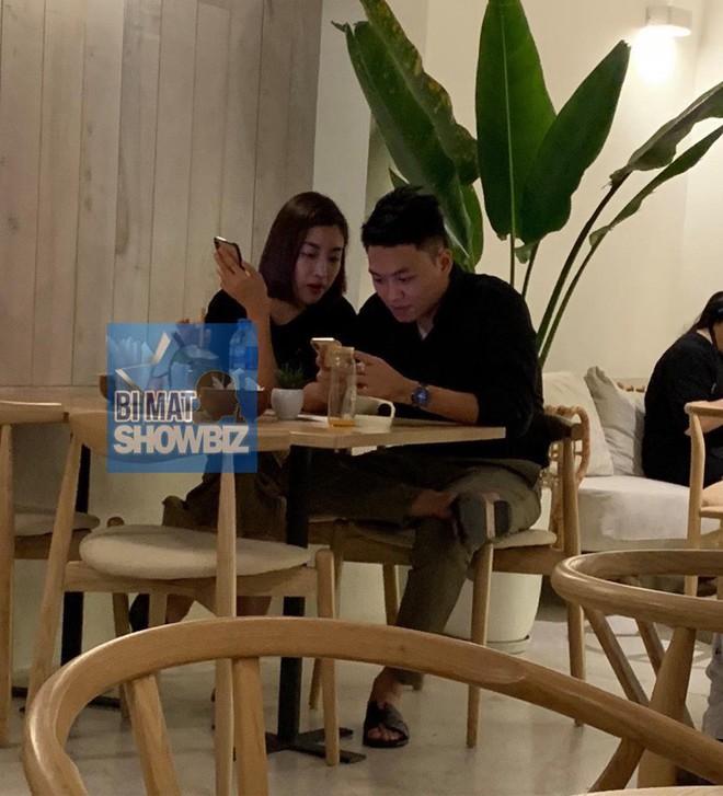 Lộ ảnh Hoa hậu Đỗ Mỹ Linh được bạn trai hôn trong quán cà phê - Ảnh 1.