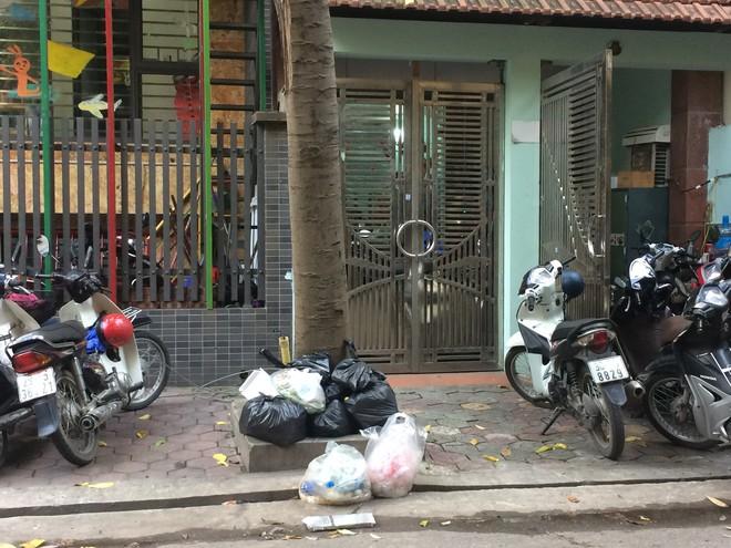 Vụ chặn xe chở rác vào bãi rác Nam Sơn: Không dọn thì dân mắng chửi - Ảnh 1.