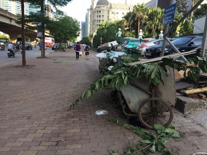 Vụ chặn xe chở rác vào bãi rác Nam Sơn: Không dọn thì dân mắng chửi - Ảnh 8.