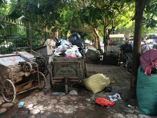 Vụ chặn xe chở rác vào bãi rác Nam Sơn: Không dọn thì dân mắng chửi - Ảnh 4.