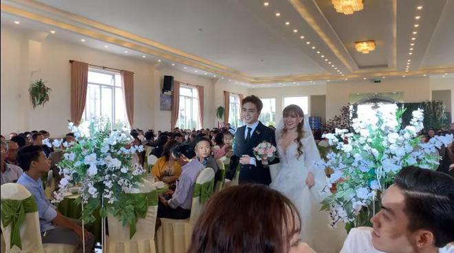Phạm Quỳnh Anh chúc mừng đám cưới tại Đà Lạt của bạn thân, Thu Thủy đáp lễ: Rồi bạn cũng lên xe hoa nha - Ảnh 1.