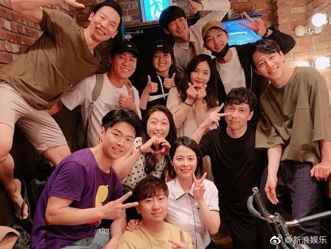 NÓNG: Song Joong Ki lần đầu xuất hiện sau tuyên bố ly hôn Song Hye Kyo, gương mặt tươi tắn vui vẻ đến mức bất ngờ - Ảnh 2.