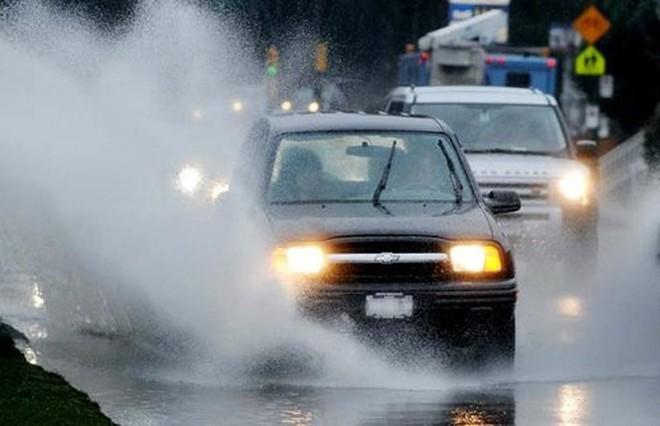 Để lái xe an toàn dưới trời mưa lớn, tài xế cần chú ý những điều gì? - Ảnh 1.