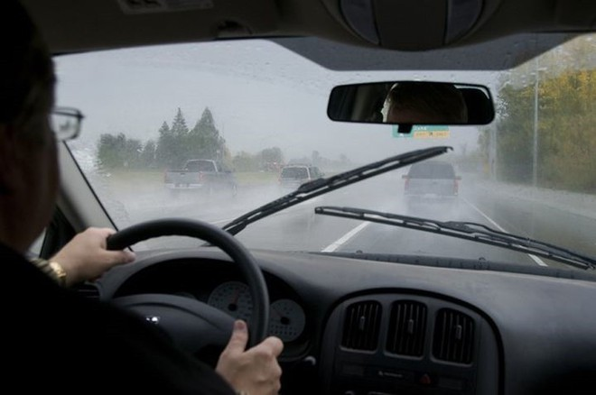 Để lái xe an toàn dưới trời mưa lớn, tài xế cần chú ý những điều gì? - Ảnh 2.