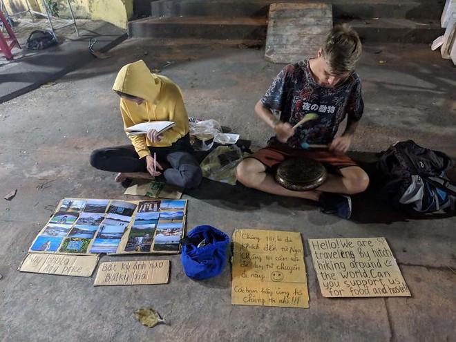 Loạt ảnh về đại dịch Tây ba lô ăn xin đang lan truyền khắp châu Á: Hãy cho tôi tiền đi vòng quanh thế giới - Ảnh 15.