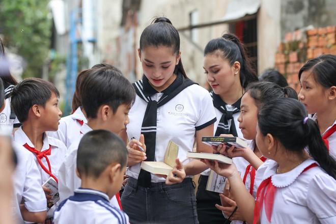 Hành trình Từ Trái Tim: Tiếp tục trao tặng hàng chục ngàn quyển sách quý đến vùng biển đảo phía Nam và Tây Nam - Ảnh 5.