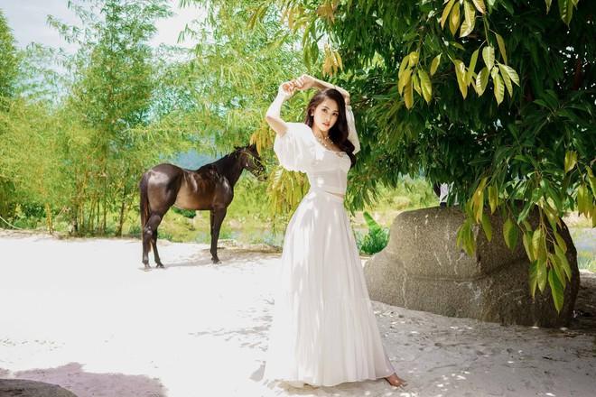 Hoa hậu Tiểu Vy khoe vai trần quyến rũ ở tuổi 19 - Ảnh 2.