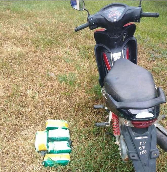 Người đàn ông vứt 5kg ma túy đá và xe máy khi thấy biên phòng - Ảnh 1.