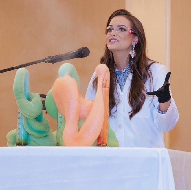 Lần đầu tiên trong một cuộc thi sắc đẹp, thí sinh trình diễn tài năng là thí nghiệm Hoá học và ẵm luôn vương miện Hoa hậu - Ảnh 3.