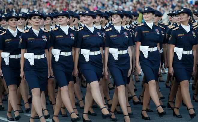7 ngày qua ảnh: Nữ quân nhân Belarus xinh đẹp duyệt binh mừng ngày quốc khánh - Ảnh 2.