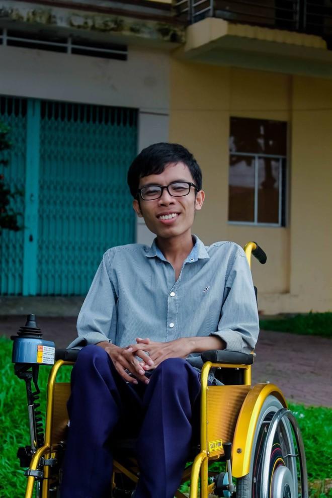 Con đường đến trường của chàng thủ khoa nặng 26kg: Chúng ta có quyền lựa chọn cách đối phó với biến cố đời mình - Ảnh 1.
