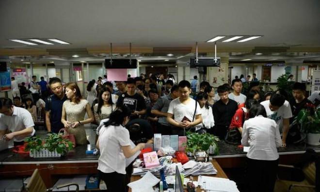Cứ xong kỳ thi đại học khốc liệt hằng năm, các vị phụ huynh Trung Quốc lại lũ lượt rủ nhau đi làm thủ tục ly hôn - Ảnh 2.