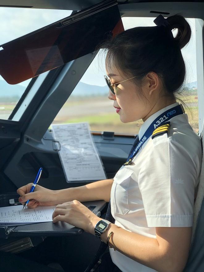 Nữ cơ phó 9x xinh đẹp: Từng không nghĩ sẽ làm phi công - Ảnh 2.