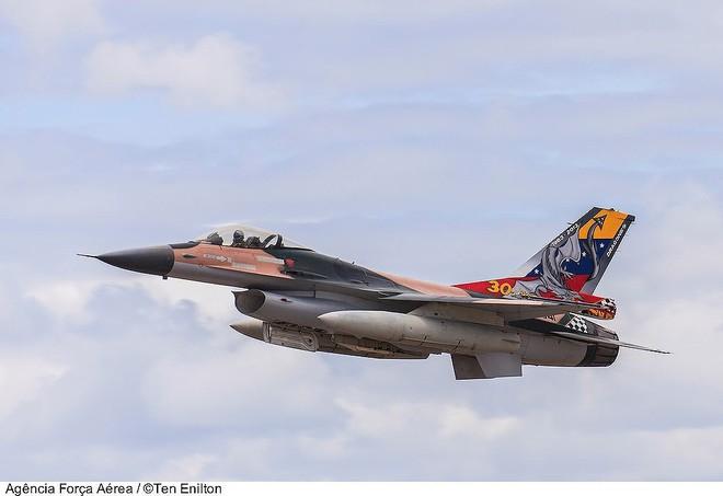 Chiến đấu cơ F-16 bay trên bầu trời Venezuela trong ngày quốc khánh - Ảnh 11.