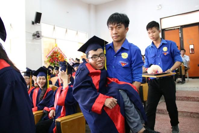 Con đường đến trường của chàng thủ khoa nặng 26kg: Chúng ta có quyền lựa chọn cách đối phó với biến cố đời mình - Ảnh 6.