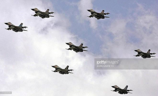 Chiến đấu cơ F-16 bay trên bầu trời Venezuela trong ngày quốc khánh - Ảnh 6.