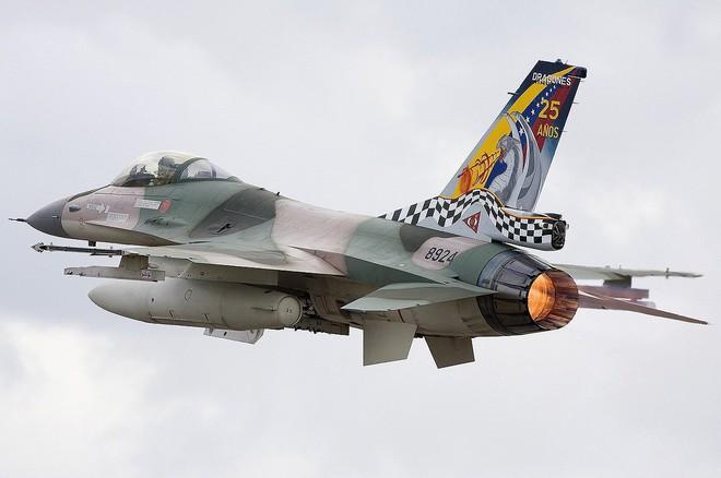 Chiến đấu cơ F-16 bay trên bầu trời Venezuela trong ngày quốc khánh - Ảnh 7.