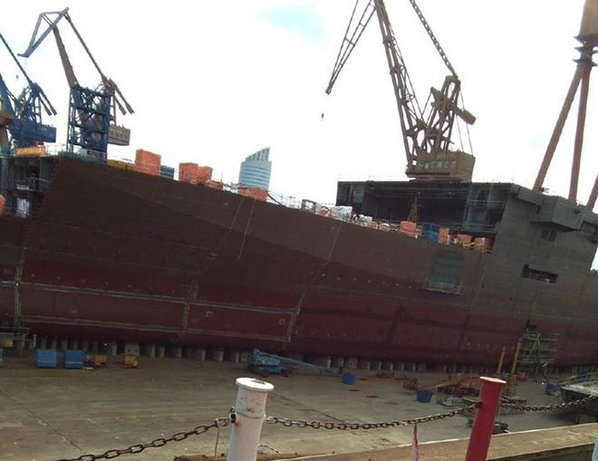 Trung Quốc thi công tàu đổ bộ Type 075 với tốc độ chóng mặt! - Ảnh 1.
