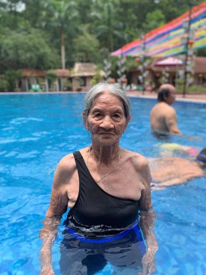 Bà cụ gần 90 tuổi mặc đồ tắm xuất hiện ở bể bơi khiến bao người trầm trồ - Ảnh 1.