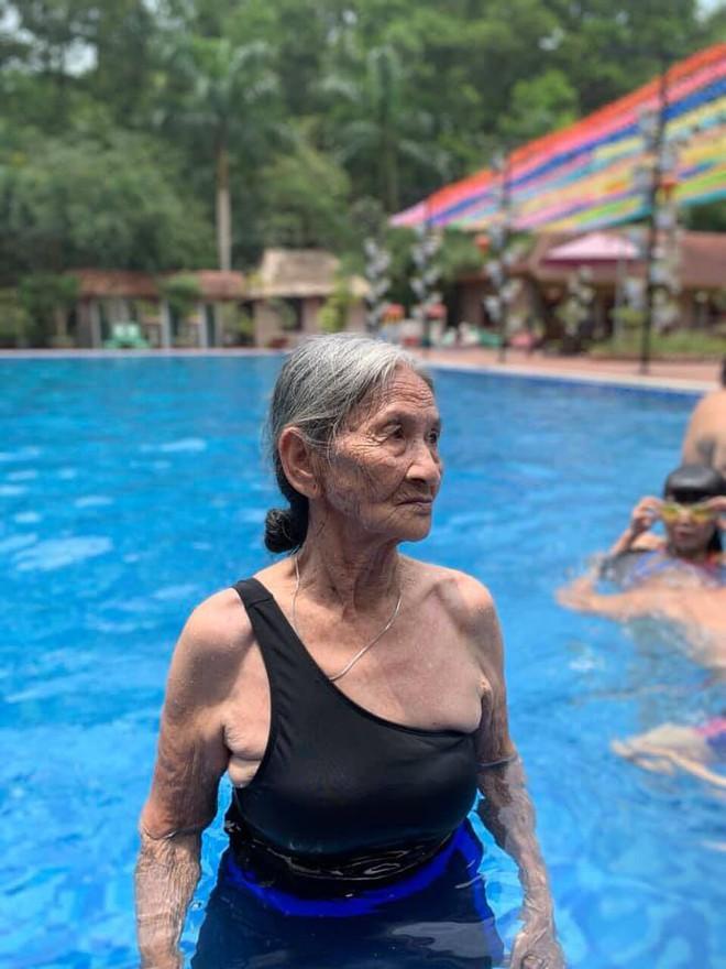 Bà cụ gần 90 tuổi mặc đồ tắm xuất hiện ở bể bơi khiến bao người trầm trồ - Ảnh 2.