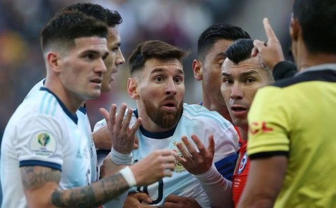 Messi bị mắng thậm tệ: Thua thì đừng đổ thừa; trọng tài cứu Barca nhiều rồi
