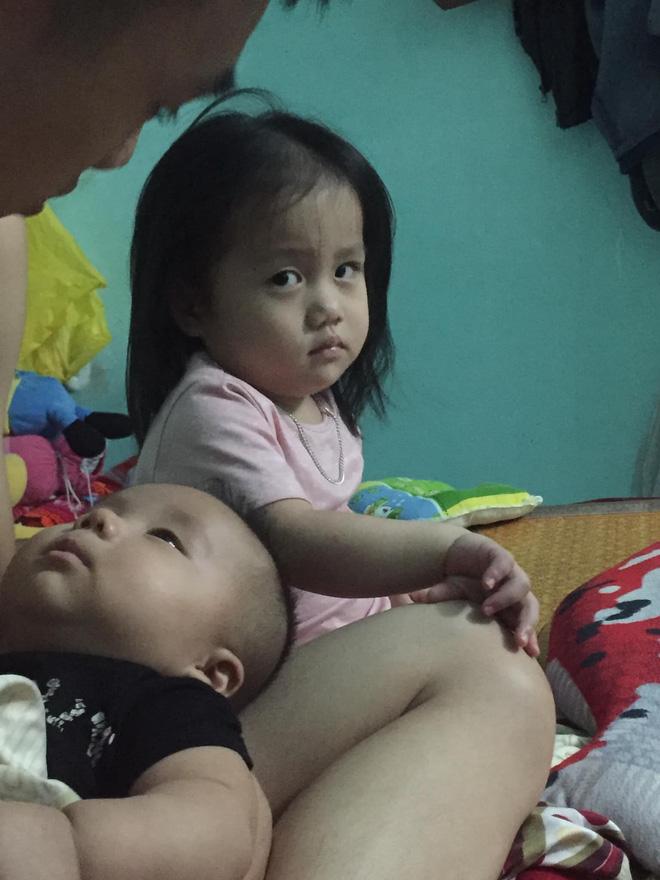 Khuôn mặt hờn dỗi của bé gái khi bố mải bế em gây sốt vì quá dễ thương - Ảnh 2.