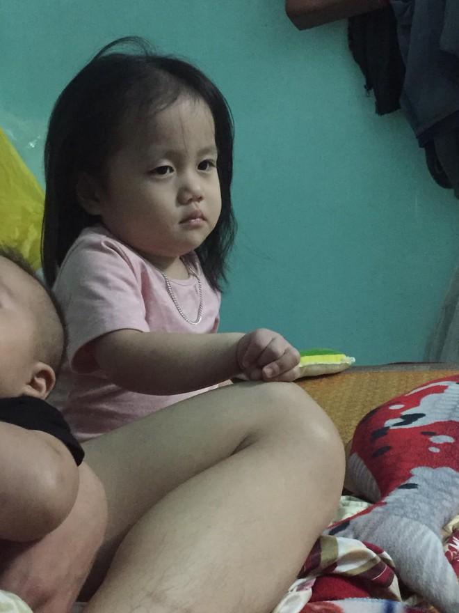 Khuôn mặt hờn dỗi của bé gái khi bố mải bế em gây sốt vì quá dễ thương - Ảnh 3.