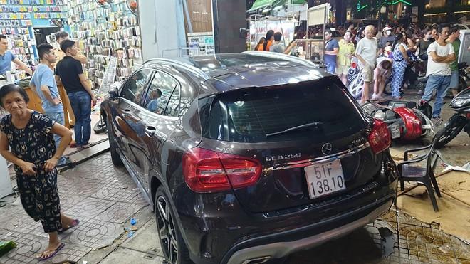 Hiện trường kinh hoàng sau khi nữ tài xế lái Mercedes tông xe máy nằm la liệt ở Sài Gòn - Ảnh 2.