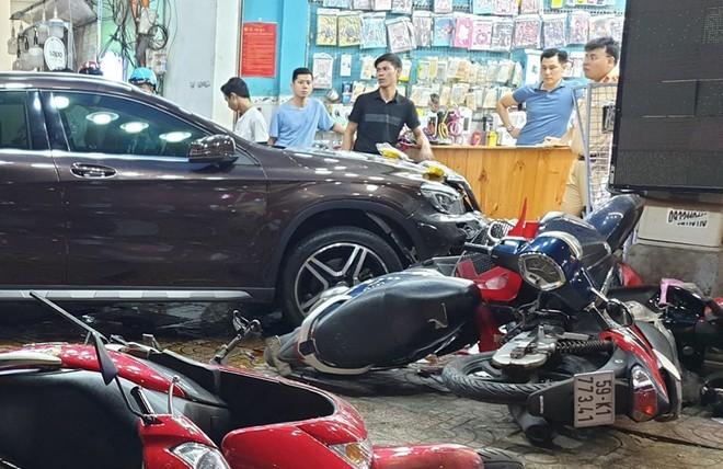 Hiện trường kinh hoàng sau khi nữ tài xế lái Mercedes tông xe máy nằm la liệt ở Sài Gòn - Ảnh 3.