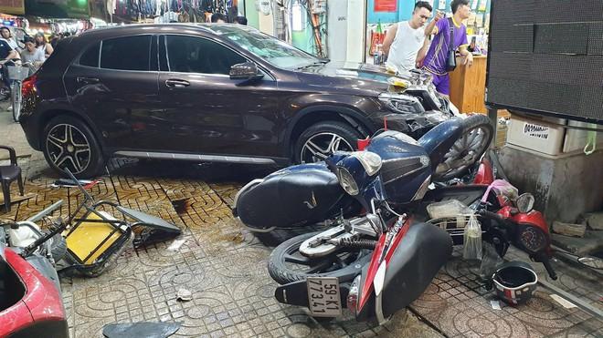 Hiện trường kinh hoàng sau khi nữ tài xế lái Mercedes tông xe máy nằm la liệt ở Sài Gòn - Ảnh 4.