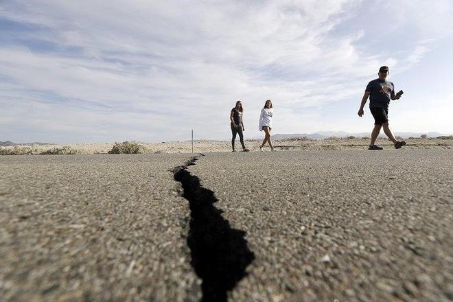 Bang California cảnh giác trước đợt dư chấn siêu mạnh - Ảnh 1.