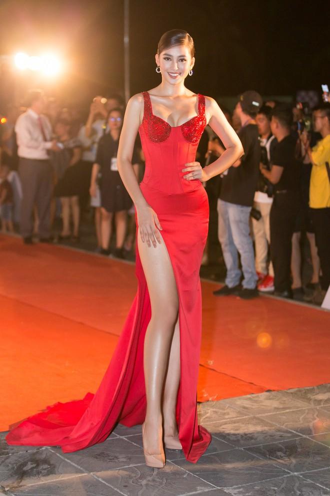 Hoa hậu Trần Tiểu Vy khoe chân dài miên man, xinh đẹp nổi bật giữa dàn hoa hậu đình đám - Ảnh 4.