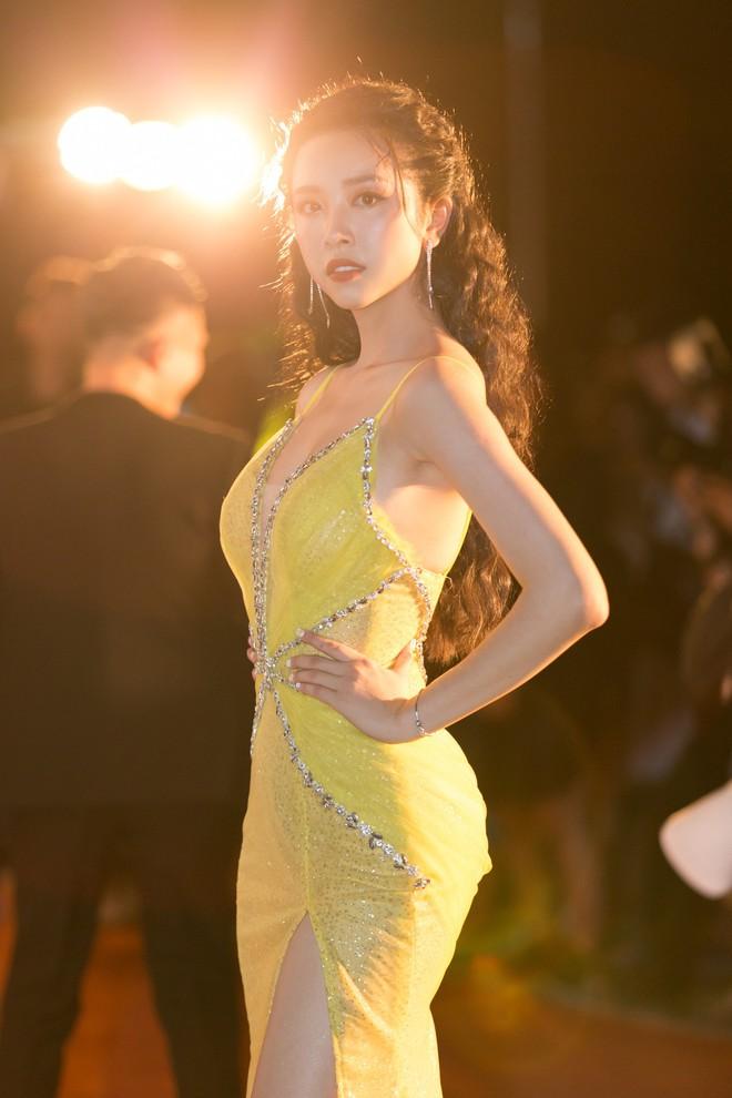 Hoa hậu Trần Tiểu Vy khoe chân dài miên man, xinh đẹp nổi bật giữa dàn hoa hậu đình đám - Ảnh 13.