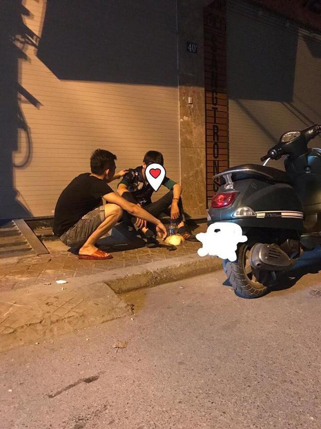 3 giờ sáng, hành động của hai thanh niên trên phố khiến nhiều người chú ý - Ảnh 1.