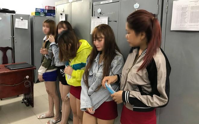 Nữ nhân viên massage thiếu vải bị bắt quả tang đang kích dục cho khách ở Sài Gòn