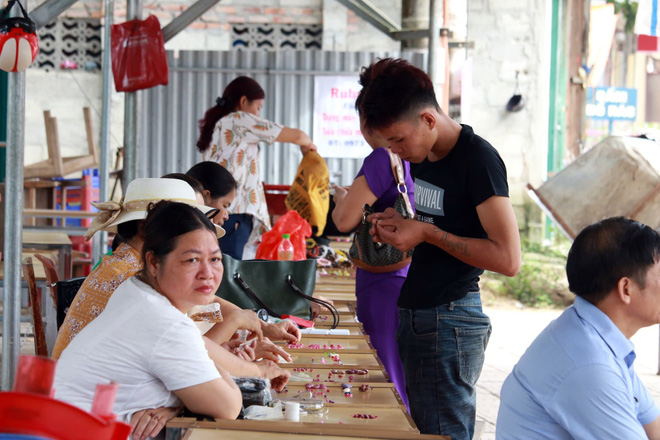 Cận cảnh những viên đá quý long lanh bày bán ở chợ đá quý Lục Yên, Yên Bái - Ảnh 8.